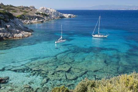 paisaje mediterraneo: Los maravillosos colores del mar en cala spinosa, una bah�a de Capo Testa, en Gallura