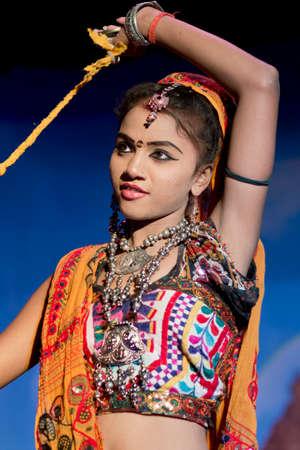 khajuraho: KHAJURAHO, INDIA - 24 de octubre de 2013 - bailarina no identificado en trajes tradicionales, baile en el Khajuraho Teathre realizar en la m�sica t�pica india Editorial