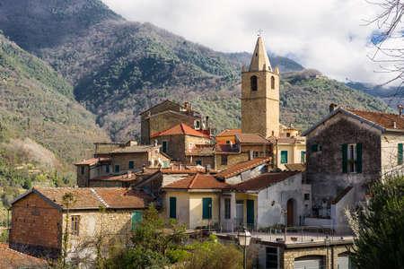 Widok na średniowieczną wioskę Ceriana, Liguria, Włochy