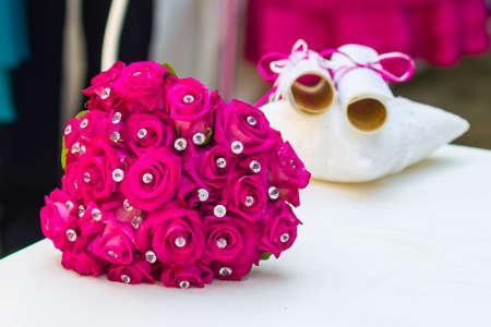 piedras preciosas: ramo de la boda fuxia con piedras preciosas
