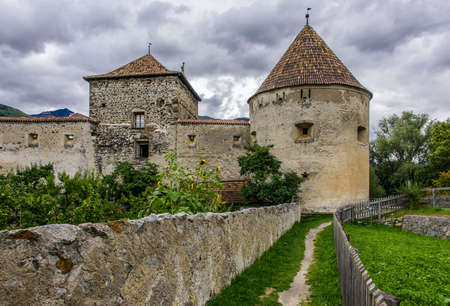 The medieval ramparts and gates of the village of Glurns in Vinschgau Archivio Fotografico - 108087960