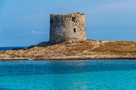 Aragonese Tower on the Piana Island, facing Asinara Island in Stintino, Sardinien 스톡 콘텐츠
