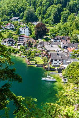 TRAUNKIRCHEN, AUSTRIA - 24 JULY, 2019: View of the village of Traunkirchen on the  Traunsee in Salzkammergut, Austria Редакционное