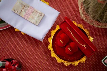 Hochzeit goldene Ringe Halskette und Geld. Thailändische Mitgift Standard-Bild