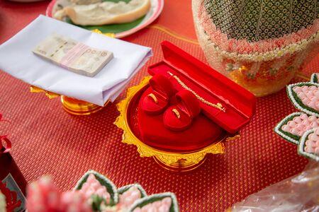 Hochzeit goldene Ringe Halskette und Geld. Thailändische Mitgift