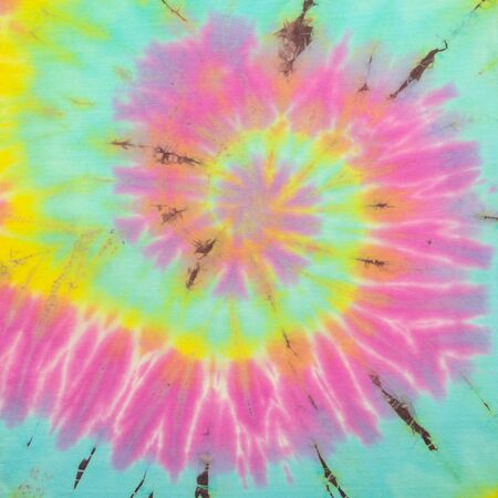 Tie Dye espiral multicolor arcoíris vibrante y degradado, patrón de camisa hippie. Textura y fondo abstractos de la tela. paño mínimo de humor y tono. Foto de archivo