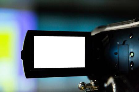 registrazione della videocamera presso l'ufficio commerciale. sfondo dello schermo bianco.