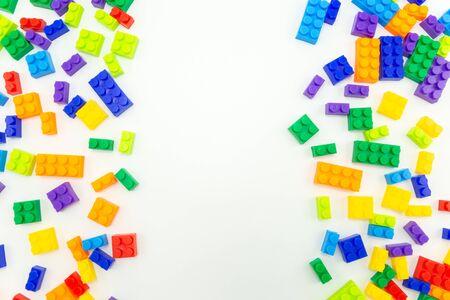 Plastikspielzeugziegelhintergrund, Kopienraum für Text. lustige Aktivität für Kinder im Vorschulalter.