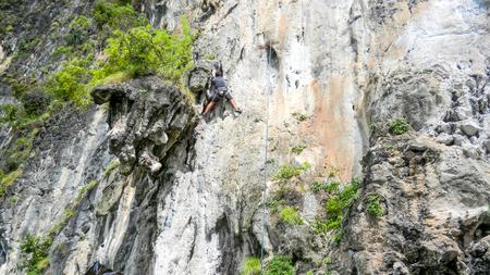 ライレイビーチ近くの山の登山者, クラビ, タイ, アジア