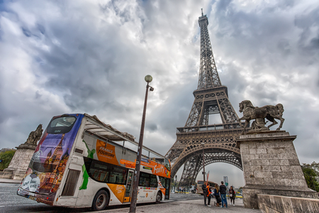PARIS, FRANCE, SEPTEMBER 5, 2018 - View of Eiffel Tower in a day of a cloudy sky from Pont d'Iena with a tourist bus in Paris, France Standard-Bild - 133577675