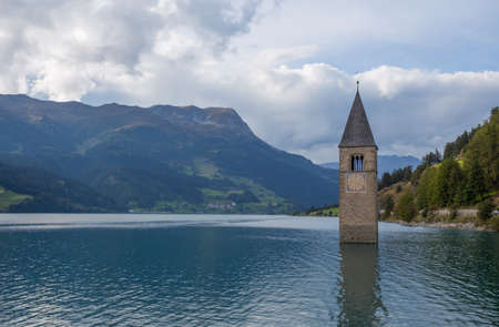 The bell tower of the sunken church in Curon, Resia Lake, Bolano province, South Tyrol, Italy. Standard-Bild