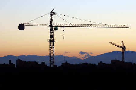 infrastructures: B�timent en construction - silhouette dans le coucher de soleil orange