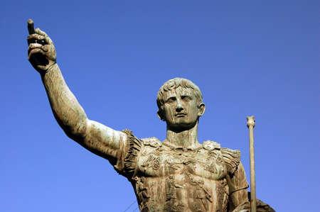 derecho romano: Detalle de la estatua de bronce de Julio C�sar - Roma - Italia