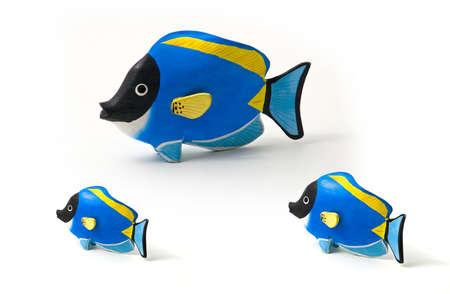 surgeon fish: Pez cirujano hab�a te�ido de recuerdos de madera - juguetes - de los mares tropicales. Concepto de familia