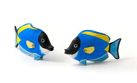 surgeon fish: Pez cirujano hab�a te�ido de recuerdos de madera - juguetes - de los mares tropicales. Concepto de amor familiar.