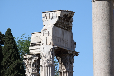 Rome, Temple of Vespasian and Titus in Roman Forum 版權商用圖片 - 87391429
