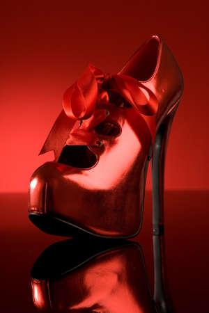 tacones rojos: Zapato rojo sobre fondo rojo