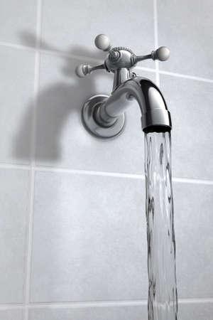 grifo agua: El agua del grifo de cromo en el baño de Foto de archivo