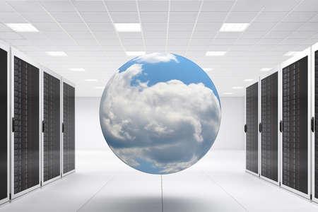 Centre informatique avec des tas de racks de serveurs et de cloud
