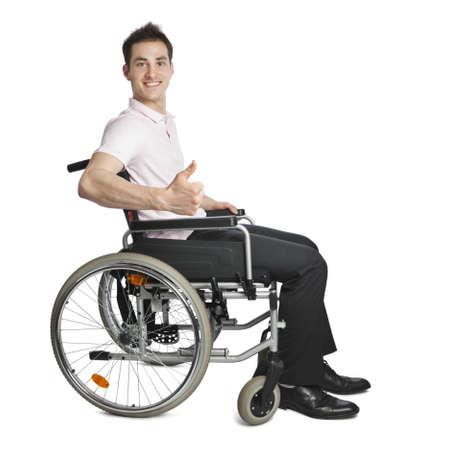 persona en silla de ruedas: Joven de aspecto profesional en la cámara aislada en blanco con silla de ruedas
