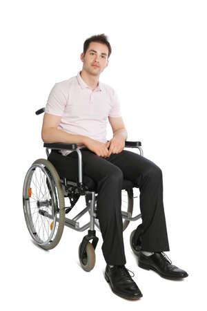 handicap: Giovane professionista guardando la telecamera isolato su bianco con sedia a rotelle Archivio Fotografico