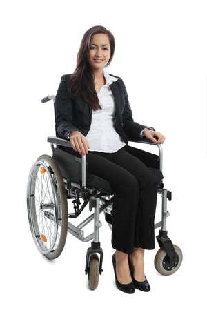 paraplegico: Empresaria asiática sentado en una silla de ruedas aisladas en blanco