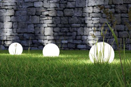 Gloeiend licht in het gras met oude muur op achtergrond