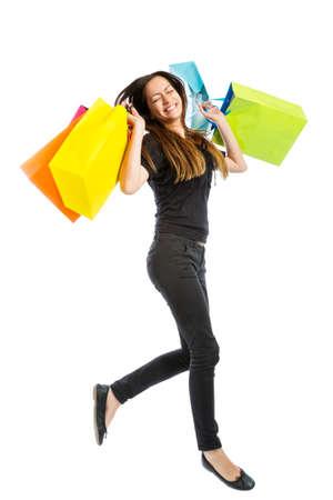 白い背景で隔離の買い物袋を持つ少女