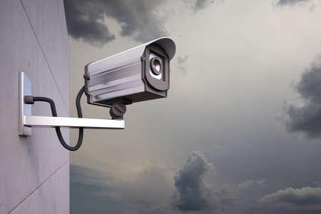 구름과 벽에 부착 된 CCTV 카메라