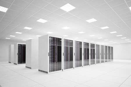 Data Center mit 4 Reihen von Servern und weißen Boden