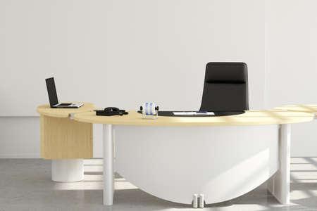 Kantoor bureau close-up met stoel en laptop Stockfoto