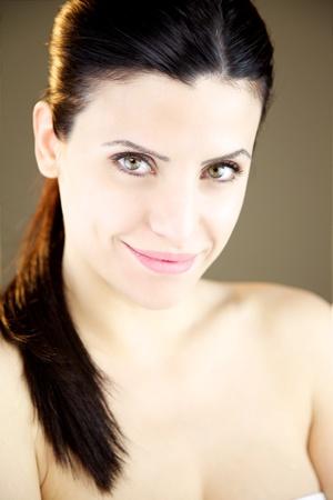 prachtige vrouwelijke model glimlachen blij met naakte schouders Stockfoto