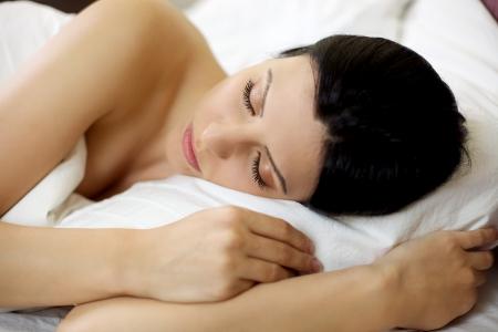 Dormir feliz modelo femenino relajado en la cama