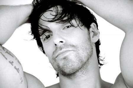 fresco hombre guapo con ojos negros y cabello