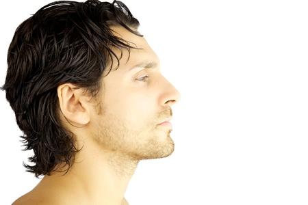 Perfil del primer de hombre guapo italiano con barba y pelo negro aislado grave