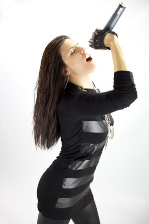 Prachtige singer poseren tijdens het zingen met passie