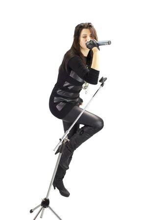 rock girl zingen gepassioneerd geïsoleerde wide shot