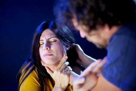 La violencia doméstica mujer víctima de abuso y estrangulada por el hombre fuerte