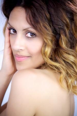 Hermosa modelo femenino sonriente sensual Foto de archivo