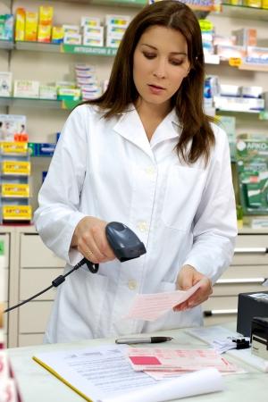 Farmacéutico trabajar con receta Foto de archivo