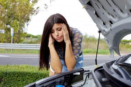 broken car: Mujer triste deprimido sin saber qu� hacer con el coche roto Foto de archivo
