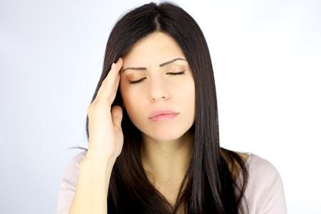 Mujer hermosa con el pelo negro con fuerte dolor de cabeza deprimida