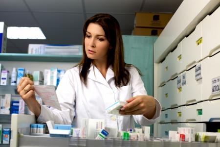 Buena mujer busca farmacéutico que trabaja en la farmacia con la medicina y la prescripción Foto de archivo