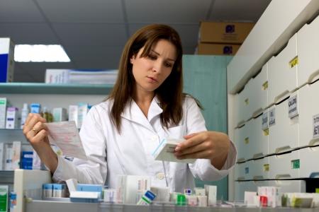 Mujer médico trabajando en farmacia con medicamentos