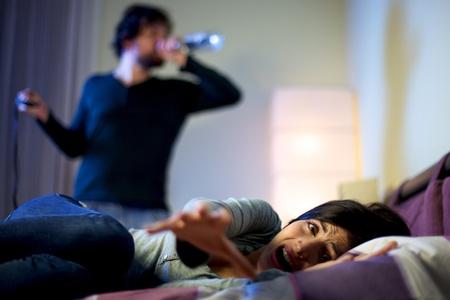 Mooie vrouw depressief schreeuwen over dronken man drinken