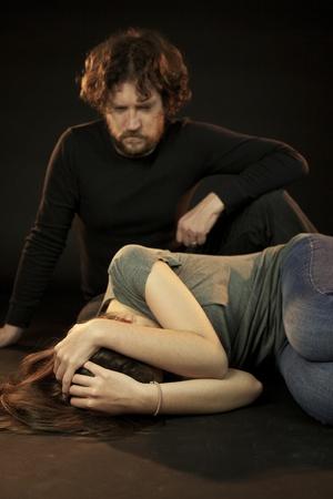 Slechte man huiselijk geweld kijken wanhopige vrouw
