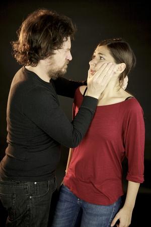 maltrato: Marido abusivo asustando joven esposa deprimida