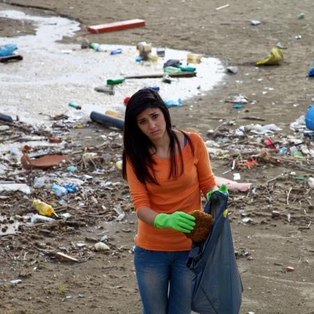 Limpieza Muchacha infeliz destruido playa por la contaminación