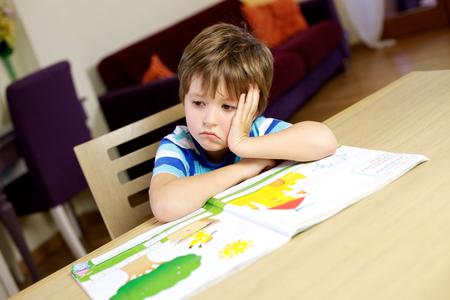 Muchacho joven que no está dispuesto a hacer el trabajo de casa