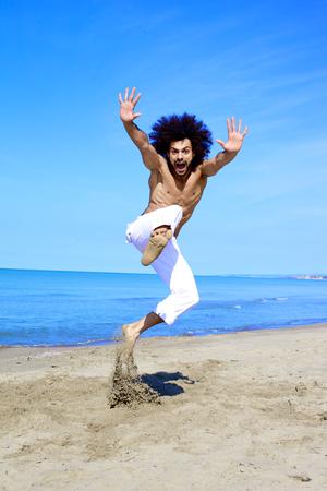 Cool knappe man springen en schreeuwen gelukkig